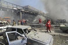 Pessoas caminham perto de carros danificados após explosão no centro de Damasco, Síria. Noventa pessoas morreram em quatro atentados na quinta-feira ao redor de Damasco, tornando-o um dos dias mais sangrentos na capital síria desde a início da revolta contra o presidente Bashar al-Assad há quase dois anos, disse um grupo de monitoramento da violência no país. 21/02/2013 REUTERS/Sana