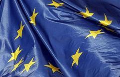 La economía de la zona euro no volverá a expandirse hasta el 2014, dijo el viernes la Comisión Europea, que revirtió su estimación sobre el fin de la recesión para este año, atribuyendo el retraso de la recuperación a la estrechez de créditos bancarios y a la elevada tasa de desempleo. En la imagen, la bandera europa ondea en el ayuntamiento de Burdeos, el 29 febrero de 2013. REUTERS/Regis Duvignau