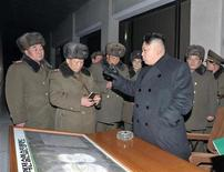 Rusia y China dijeron el viernes que se opondrían a una eventual intervención militar extranjera en Corea del Norte tras su reciente prueba nuclear. En la imagen, el líder norcoreano Kim Jong-un (3º D) habla con oficiales del Ejército norcoreano sobre ejercicios tácticos militares, en esta imagen sin fecha difundida por la agencia de noticias oficial del país KCNA, en Pyongyang, el 22 de febrero de 2013. REUTERS/KCNA