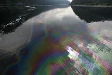 Пятно от разлившейся нефти на реке Енисей в районе сибирского селения Майна 19 августа 2009 года. Геологоразведчик Геотек сулит нефтяной бум Восточной Сибири. REUTERS/Ilya Naymushin