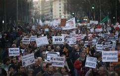 Imagen de archivo de una manifestación en Madrid, feb 16 2013. La economía de la zona euro no volverá a expandirse hasta el 2014, mientras que España y Francia incumplirán sus metas de reducción del déficit, dijo el viernes la Comisión Europea. REUTERS/Javier Barbancho