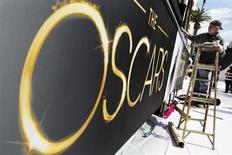 Trabalhador pinta arquibancada durante a preparação da área do tapete vermelho para a cerimônia do Oscar, na quinta-feira, em Los Angeles, nos Estados Unidos. 21/02/2013 REUTERS/Lucas Jackson