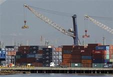 Contêineres são descarregados no porto de Santos. 22/02/2013 REUTERS/Paulo Whitaker