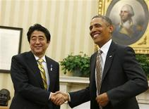 U.S. President Barack Obama shakes hands with Japanese Prime Minister Shinzo Abe (L) in the Oval Office of the White House in Washington February 22, 2013. REUTERS/Larry Downing