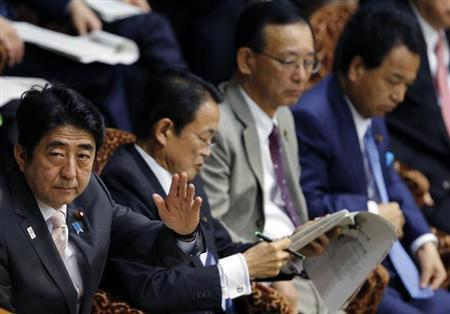 Japan's Prime Minister Shinzo Abe (L) rises his hand next to his cabinet menbers, (2nd L-R) Finance Minister Taro Aso, Justice Minister Sadakazu Tanigaki and Economics Minister Akira Amari during an upper house budget committee session at the parliament in Tokyo February 19, 2013. Abe said on Tuesday that it is not appropriate for him to comment on currency moves, when asked how far he thought the yen would fall. REUTERS/Toru Hanai (JAPAN - Tags: BUSINESS POLITICS)