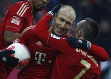El Bayern de Múnich, líder imparable de la Bundesliga, goleó a un desafortunado Werder Bremen por 6-1 el sábado sellando su sexta victoria consecutiva tras la reanudación del parón invernal. En la imagen, el jugador del Bayern Munich Franck Ribery (D) y Arjen Robben celebran un gol en Múnich, el 23 de febrero de 2013. REUTERS/Michaela Rehle