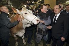 Le récent scandale de la viande de cheval a marqué samedi le passage de François Hollande au 50e Salon de l'agriculture, où le chef de l'Etat a dit vouloir redonner confiance à un monde paysan désorienté. /Photo prise le 23 février 2013/REUTERS/Philippe Wojazer