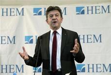 """Dans une interview accordée au Parisien Dimanche, le coprésident du Front de gauche Jean-Luc Mélenchon se livre à une nouvelle et violente charge contre François Hollande, qui """"bat des records d'hypocrisie"""", et Jean-Marc Ayrault, dont il fustige le silence sur les attaques du PDG américain de Titan. Il qualifie également le Parti socialiste français d'""""arrogant et sectaire"""". /Photo prise le 15 février 2013/REUTERS"""