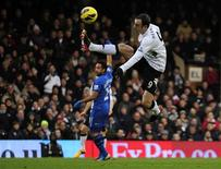 Dimitar Berbatov protagonizó una impresionante volea en el último lanzamiento de la primera parte que dio al Fulham una victoria por 1-0 frente al Stoke City en un choque disputado el sábado entre dos clubes de la zona media de la Premier League en el Craven Cottage. En la imagen, de 12 de enero, Dimitar Berbatov controla un balón en un partido de la Preimer League contra el Wigan Athletic. REUTERS/Kieran Doherty
