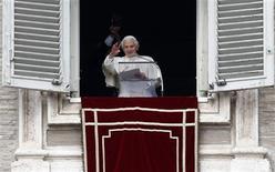 El Papa Benedicto XVI, hablando en su último Ángelus cuatro días antes de que se convierta en el primer papa que dimite en seis siglos, dijo que estaba siguiendo los deseos de Dios y que no iba a abandonar la Iglesia católica. En la imagen, de 24 de febrero, el papa Benedicto XVI en su último Angelus en la plaza de San Pedro del Vaticano. REUTERS/Alessandro Bianchi