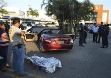 Un hombre belga murió de un disparo el sábado en la ciudad mexicana de Acapulco, en el último episodio de violencia que afecta a uno de los destinos turísticos más importantes del país, después de que seis mujeres españolas denunciaran este mes haber sido violadas. En la imagen, el cadáver del ciudadano belga en la escena del crimen en Acapulco, el 23 de febrero de 2013. REUTERS/Stringer