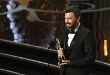 """O diretor e produtor Ben Affleck recebe o Oscar de melhor filme por """"Argo, em Los Angeles, na madrugada desta segunda-feira. 25/02/2013 REUTERS/Mario Anzuoni"""