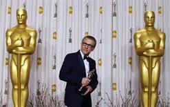 """Christoph Waltz segura o Oscar de melhor ator coadjuvante que ganhou por seu trabalho em """"Django Livre"""", em Los Angeles, na madrugada desta segunda-feira. 25/02/2013 REUTERS/Mike Blake"""
