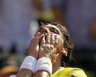 El tenista español David Ferrer, número cuatro del mundo, se adjudicó por segundo año consecutivo el título del ATP de Buenos Aires al vencer el domingo en la final al suizo Stanislas Wawrinka por 6-4, 3-6 y 6-1. En la imagen del 24 de febrero, Ferrer reacciona tras derrotar a Wawrinka en el torneo disputado en la capital argentina. REUTERS/Enrique Marcarian