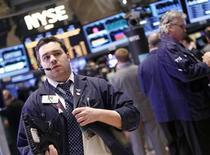 Трейдер работает в торговом зале Нью-йоркской фондовой биржи, 5 февраля 2013 года. Американские акции выросли в пятницу благодаря сильным квартальным показателям Hewlett-Packard и комментариям чиновников ФРС, рассеявшим опасения, что центробанк досрочно свернет стимулирующие меры. REUTERS/Brendan McDermid