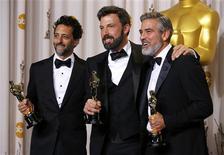 """Les producteurs d'""""Argo"""" (de gauche à droite) Grant Heslov, Ben Affleck et George Clooney. Le film d'espionnage a remporté dimanche à Hollywood le prix du meilleur film lors de la 85e cérémonie des Oscars. /Photo prise le 24 février 2013/REUTERS/Mike Blake"""