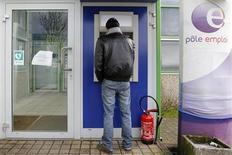 Le ministre du Budget Jérôme Cahuzac a assuré lundi que le gouvernement n'avait pas renoncé à son objectif d'inverser la courbe du chômage en 2013, deux jours après une déclaration de François Hollande qui a pu laisser entendre le contraire. /Photo prise le 14 février 2013/REUTERS/Stephane Mahé