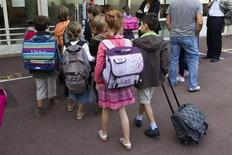 La proposition de Vincent Peillon de raccourcir les vacances scolaires d'été de deux mois à six semaines et de les répartir en deux zones géographiques a été fraîchement accueillie par les enseignants en plein débat sur la réforme des rythmes scolaires. /Photo d'archives/REUTERS/Charles Platiau