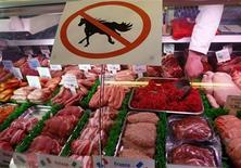 Immagine d'archivio di un banco di macelleria che rassicura di non avere carne di cavallo REUTERS/Darren Staples (BRITAIN - Tags: SOCIETY CRIME LAW FOOD) - RTR3E17O