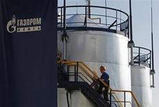 Рабочий поднимается по лестнице на заводе Газпромнефти в Москве, 20 сентября 2012 года. Пятая по объемам добычи нефти в РФ компания Газпромнефть рассчитывает увеличить запасы на 62 миллиона тонн нефтяного эквивалента в 2013 году, сказал представитель компании. REUTERS/Maxim Shemetov