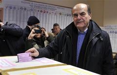 Selon un sondage à la sortie des urnes de la chaîne Sky TV, le centre gauche emmené par Pier Luigi Bersani (photo) est en tête avec 34,5% à la chambre italienne des députés, devant la coalition de droite de Silvio Berlusconi, deuxième à 29%. Le Mouvement 5 étoiles de l'humoriste Beppe Grillo prend la troisième place à 19%, tandis que la coalition centriste du président du Conseil sortant Mario Monti est à la traîne à 9%. /Photo prise le 24 février 2013/REUTERS/Paolo Bona
