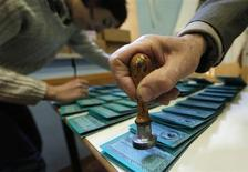 La preparazione delle schede elettorali in un seggio REUTERS/Yara Nardi