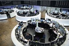 Les Bourses européennes réduisent fortement leurs gains en milieu d'après-midi après de nouvelles projections de la télévision publique italienne RAI selon lesquelles le centre droit serait en tête au Sénat italien avec 31% pour le bloc de Silvio Berlusconi. La Bourse de Milan passe de près de 4% à 0,6%, Francfort limite ses gains à +1,4%. Le CAC n'avance plus que de 0,89%. /Photo prise le 25 février 2013/REUTERS/Lisi Niesner
