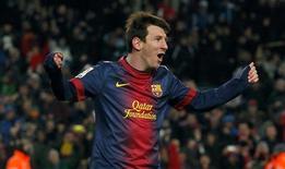 El Barcelona ha extendido en cuatro años su acuerdo de patrocinio con la firma de telecomunicaciones de Abu Dhabi Etisalat, hasta junio de 2017, según dijo el lunes el club. En la imagen, el jugador del Barcelona Lionel Messi celebra un gol contra el Sevilla durante su partido de Liga en el Camp Nou, en Barcelona, el 23 de febrero de 2013. REUTERS/Albert Gea