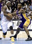 Los Lakers de Pau Gasol - que continúa lesionado y su entrenador Mike D'Antoni descartó que vaya a regresar hasta antes de los playoff -, cayeron el lunes por 119-108 frente a los Nuggets de Denver, cosechando su primer derrota tras tres triunfos consecutivos. En la imagen, de 25 de febrero, Ty Lawson de los Nuggets en una jugada con Jodie Meeks de los Lakers que cayeron derrotados. REUTERS/Mark Leffingwell