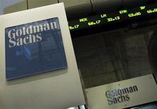 Логотип Goldman Sachs на стенде компании на Нью-Йоркской фондовой бирже 26 апреля 2010 года. Goldman Sachs Group Inc начнет ежегодный процесс сокращения рабочих мест уже на этой неделе, сообщили в понедельник источники, близкие к ситуации. REUTERS/Brendan McDermid