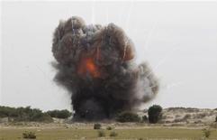 Un cohete explotó el martes en el sur de Israel, en el primer ataque de este tipo procedente de la franja de Gaza controlada por los islamistas de Hamás desde que una tregua en noviembre acabara con una semana de combates transfronterizos, dijo la policía israelí. En la imagen del 25 de febrero se puede ver la explosiión controlada de parte del arsenal de Hamás efectuada por miembros de sus fuerzas de seguridad y expertos internacionales de Naciones Unidas en Rafah, en el sur de la Franja. REUTERS/Ibraheem Abu Mustafa