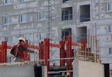 Construction de logements à Marseille. Le marché de l'immobilier résidentiel s'enfonce dans la crise, le cumul sur an des mises en chantier et des ventes annuelles de logements neufs affichant un recul de l'ordre de 20%. /Photo prise le 15 février 2013/REUTERS/Jean-Paul Pélissier