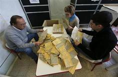 Conteggio delle schede per il Senato in un seggio di Roma. REUTERS/Yara Nardi