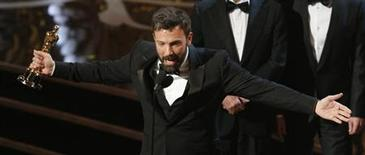 """Director and producer Ben Affleck accepts the award for best motion picture for """"Argo"""" at the 85th Academy Awards in Hollywood, California February 24, 2013. REUTERS/Mario Anzuoni"""