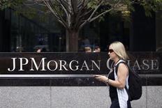 JPMorgan Chase & Co, el banco más grande de Estados Unidos, dijo el martes que planea recortar entre 3.000 y 4.000 empleos, que representan alrededor de un 1,5 por ciento de su fuerza de trabajo total. En la imagen de archivo, una mujer pasa por delante de la sede internacional de JP Morgan Chase en Nueva York, el 13 de julio de 2012. REUTERS/Andrew Burton