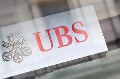 Логотип банка UBS на здании в Цюрихе 13 февраля 2013 года. Суверенный фонд Катара взял в консультанты швейцарский банк UBS на возможную сделку по инвестициям во второй по величине госбанк России ВТБ, сказали три источника, знакомые с ситуацией. REUTERS/Michael Buholzer