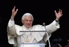 """El Papa Benedicto XVI saluda en su último rezo del Angelus en la Plaza San Pedro en El Vaticano, feb 24 2013. Benedicto XVI mantendrá el título honorífico de """"Su Santidad"""" tras su renuncia y será conocido como """"Papa emérito"""", dijo el martes el Vaticano. REUTERS/Alessandro Bianchi"""