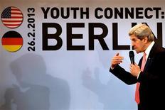 """El presidente de Estados Unidos, Barack Obama, no llevará un plan de paz a Israel y los territorios palestinos el mes que viene, sino que en lugar de eso tratará de escuchar, dijo el martes el secretario de Estado, John Kerry. En la imagen, el secretario de Estado de EEUU, John Kerry habla en el acto """"Youth Connect: Berlin"""" en Berlín, el 26 de febrero de 2013. REUTERS/Jacquelyn Martin/Pool"""