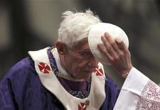 """Papa Bento 16 chega para comandar a missa da quarta-feira de cinzas no Vaticano. O papa Bento 16 vai manter o título honorífico de """"Sua Santidade"""" mesmo depois da renúncia e vai ser conhecido como """"papa emérito"""", informou o Vaticano. 13/02/2013 REUTERS/ Alessandro Bianchi"""
