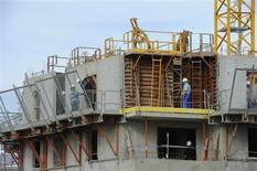 Le gouvernement prépare des mesures d'urgence pour relancer la construction de logements et en faire baisser le coût, dont un possible retour ciblé à la TVA à taux réduit de 5%. /Photo d'archives/REUTERS/Philippe Wojazer