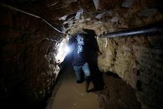 Un tribunal de El Cairo determinó el martes que el Gobierno debe destruir todos los túneles entre Egipto y la Franja de Gaza, con lo que eliminaría una ruta para el contrabando de armas, pero también una vía que se ha vuelto vital para los palestinos. En la imagen, un palestino trabaja dentro de un túnel de contrabando inundado por fuerzas egipcias bajo la frontera entre Gaza y Egipcia en Rafah, en el sur de la Franja de Gaza, el 19 de febrero de 2013. REUTERS/Ibraheem Abu Mustafa