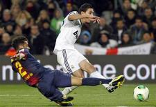 Angel di Maria (direita), do Real Madri, chuta a bola ao lado de Daniel Alves, do Barcelona, durante semifinal da Copa do Rei no estádio Camp Nou em Barcelona, Espanha. 26/02/2013 REUTERS/Albert Gea