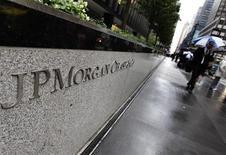 Вход в офис банка JPMorgan Chase & Co в Нью-Йорке, 2 октября 2012 года. JPMorgan Chase & Co планирует сократить 17.000 рабочих мест к концу 2014 года, то есть примерно 6,6 процента общего штата компании. REUTERS/Shannon Stapleton
