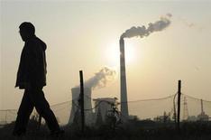 Человек проходит мимо дымящих трую в китайском Хэфэе 24 ноября 2011 года. ВВП Китая вырастет примерно на 8 процентов в годовом исчислении в первом квартале 2013 года, а индекс потребительских цен поднимется на 2,6 процента, прогнозирует Государственный информационный центр, ведущее аналитическое агентство страны. REUTERS/Stringer