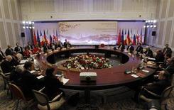 """Представители Ирана и """"шестерки"""" стран во время переговоров по иранский ядерной программе в Алма-Ате 27 февраля 2013 года. Мировые державы завершили второй день переговоров с Ираном без каких-либо признаков прогресса и договорились о следующих встречах в Стамбуле в марте и в Казахстане в апреле. REUTERS/Shamil Zhumatov"""