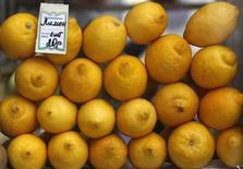 Лимоны лежат в киоске в Москве, 11 марта 2012 года. Инфляция в России с 19 по 25 февраля 2013 года составила 0,2 процента по сравнению с 0,1 процента на предыдущей неделе, сообщил Росстат в среду. REUTERS/Sergei Karpukhin