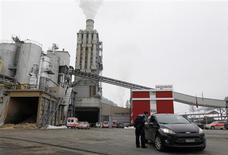 Carros da polícia e de equipes de resgate são vistos em frente à fábrica de processamento de madeira Kronospan, depois de tiroteio em Menznau, na Suíça. 27/02/2013 REUTERS/Michael Buholzer