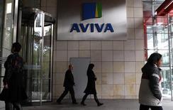 Люди у входа в головное здание компании Aviva в Дублине 19 октября 2011 года. Британский страховщик Aviva PLC продал пенсионному фонду под управлением госмонополии Российские железные дороги страховой бизнес в РФ, сообщили стороны сделки в среду. REUTERS/Cathal McNaughton