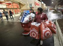 Shoppers leave a Target store with their purchases in Chicago, Illinois in this November 22, 2012 file photo. Retailer Target Corp said it appears poised for a solid showing in the first quarter and forecast a higher profit for the year after a weak performance in the key holiday season. REUTERS/John Gress/Files