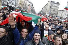 Десятки тысяч демонстрантов скандируют лозунги в Софии на акции протеста против высоких цен на электроэнергию 24 февраля 2013 года. Парламент Болгарии в попытке унять общественное возмущение, приведшее к отставке правительства, высказался в пользу снижения цен на электроэнергию, что грозит дестабилизацией экономики. REUTERS/Stoyan Nenov